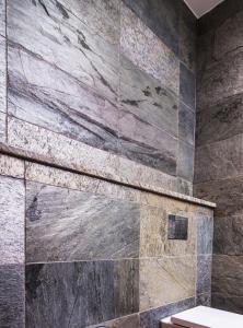 Płytki Kamiene-Silver Shine-łazienka-zblizenie2 (1)